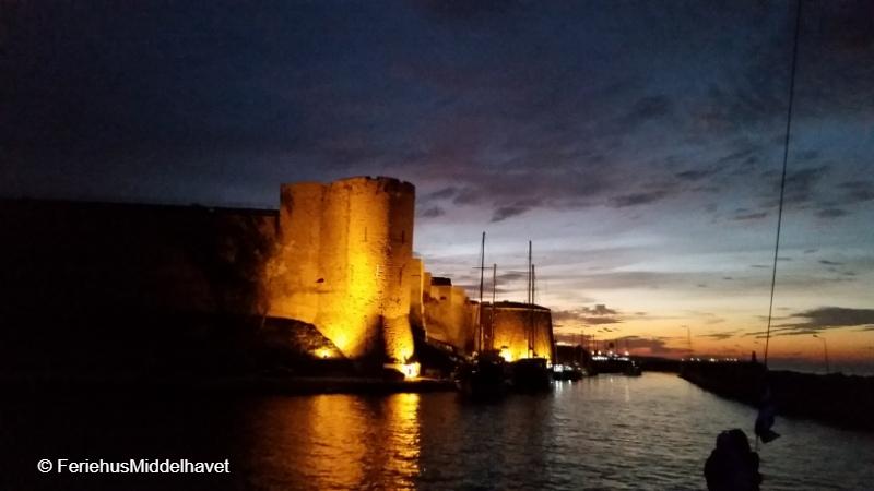 Kyrenia Castle ligger opplyst i skumringen langs innkjøringen for småbåtene.