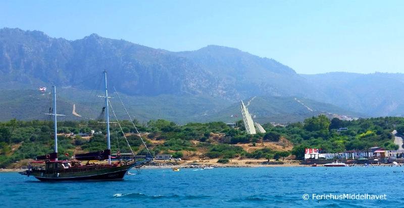Trebåt i Middelhavet utenfor stranden i Alsancak Kyrenia Nord Kypros. Fjellene i bakgrunnen.