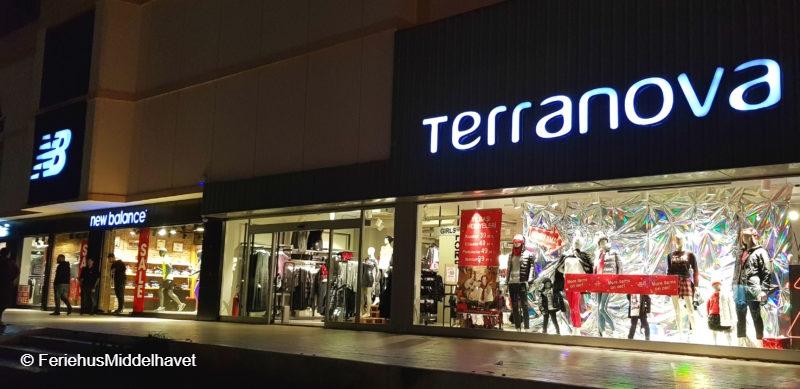 Klesbutikker og sportsbutikker i Famagusta Nord Kypros opplyst om kvelden.