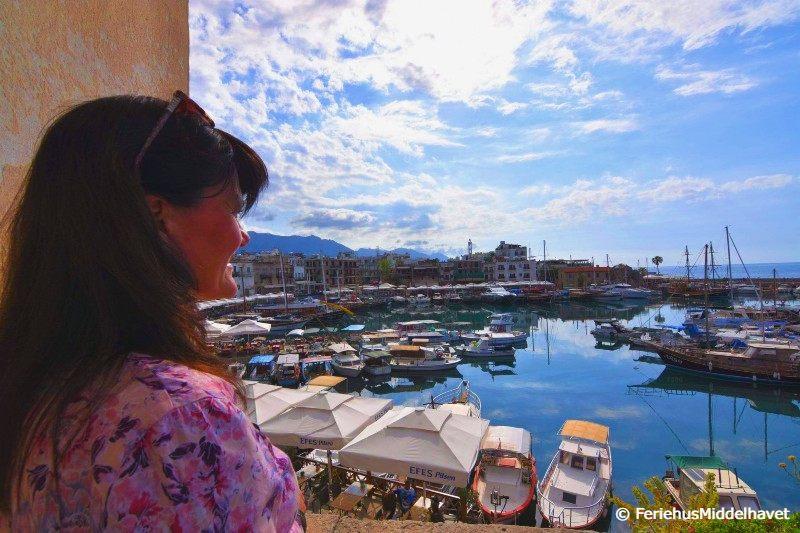 Monica O. Oseberg ser utover den hestesko formede Kyrenia gamle havn Nord Kypros. Mange småbåter ligger langs kaien.