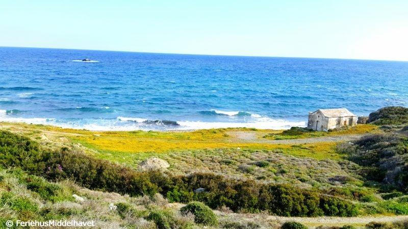 Liten gammel kirke tett på havet i The Cove